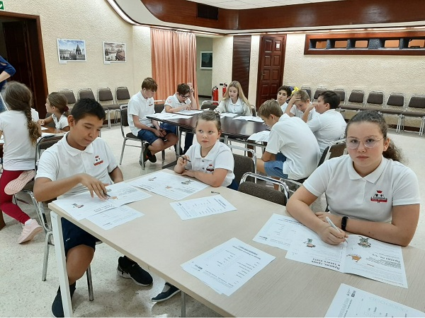 """Учащиеся школы-пансиона Malta Crown принимают участие в общероссийском просветительском проекте """"MENDELEEV LAB"""", который проводился на базе РЦНиК на Мальте."""